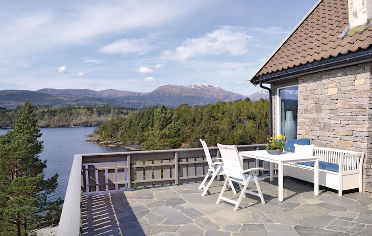 Holiday cottage with 4 bedrooms on 120m² in Holmefjord