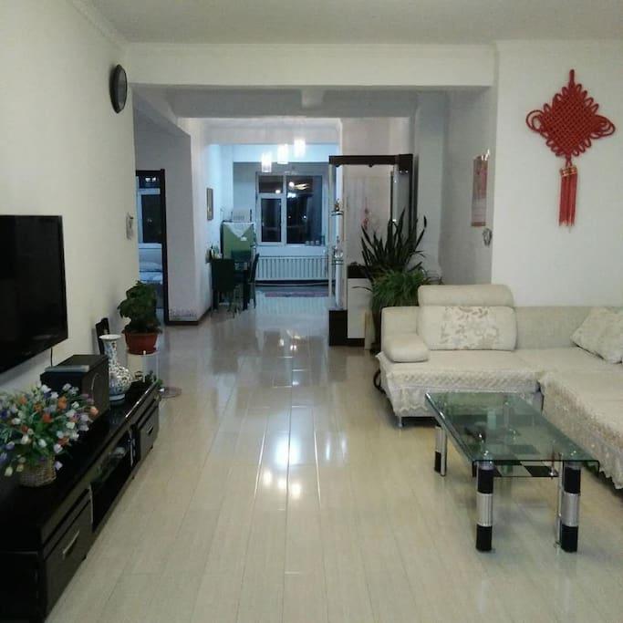 客厅直通内厅,宽敞明亮。