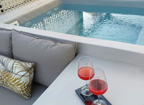 Boutique Syntagma apartment w/ heated plunge pool