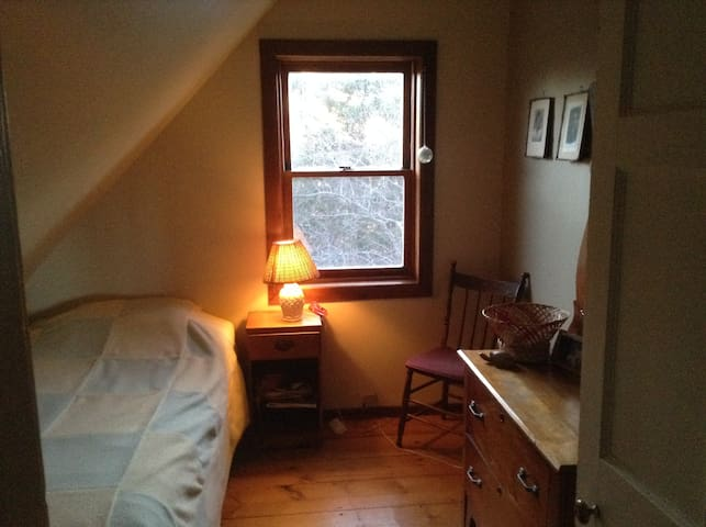 Single bed, cozy room, 1850s home - Belfast - Hus