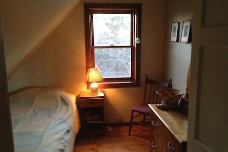 Single bed, cozy room, 1850s home - Belfast