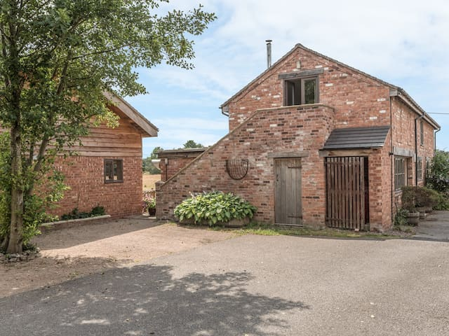THE BARN, with open fire in Weston-Under-Redcastle, Ref 8325