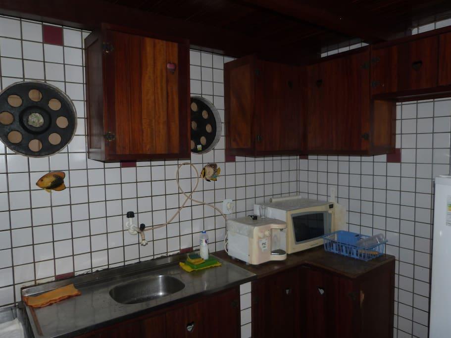 cozinha com microondas, freezer, geladeira