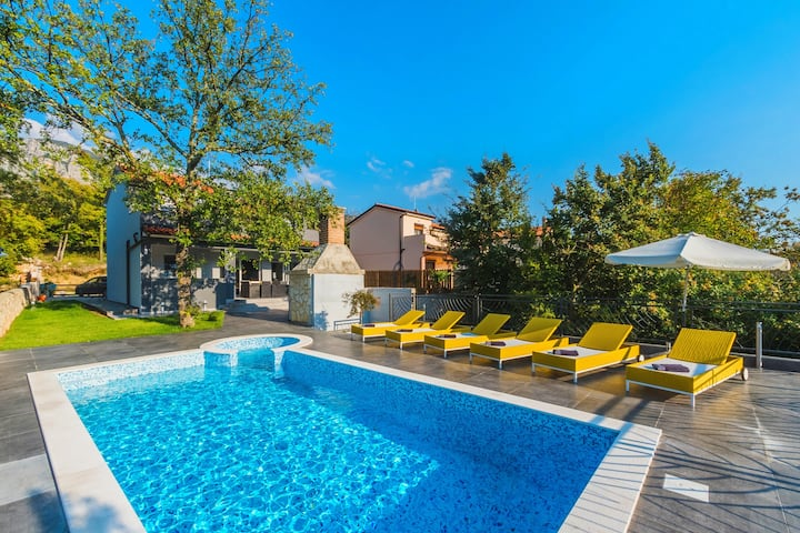 Luxury villa with pool and view fo 6-8 persons