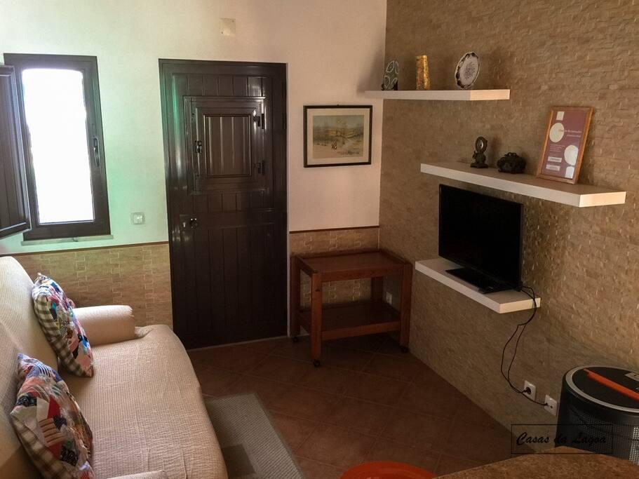 Sala de estar com TV LCD e Sofá-cama