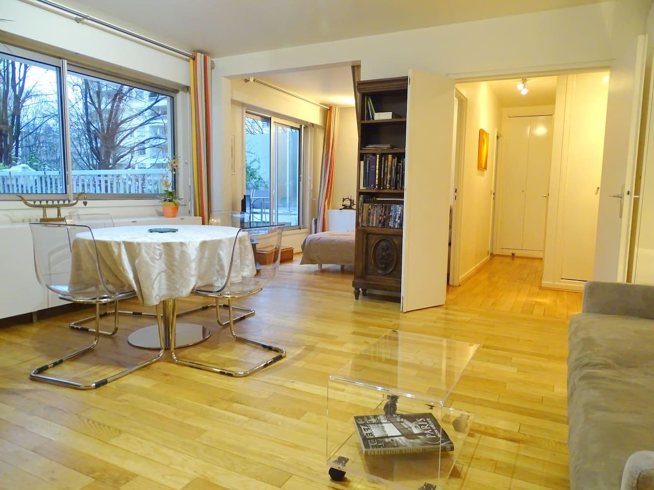Un deux pièces lumineux, spacieux et confortable. Cuisine séparée. Salle de bains. WC séparés