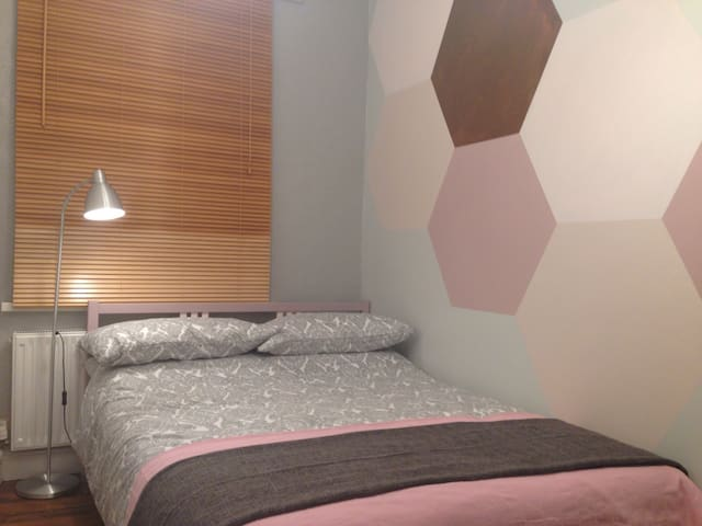 Comfy room close to city centre! - Cardiff