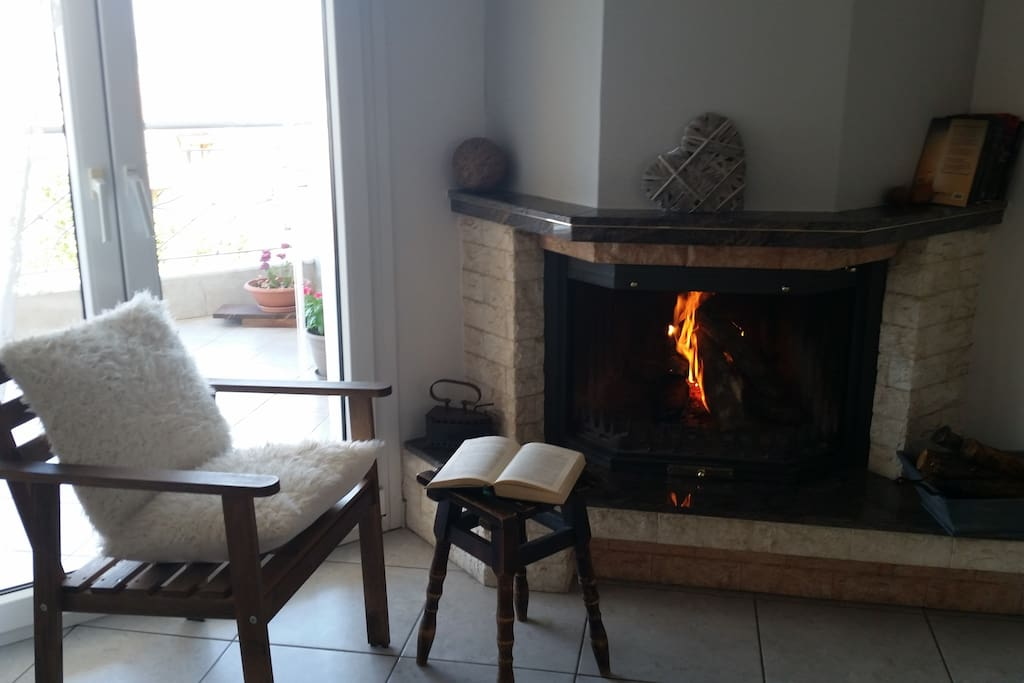 Enjoy the warmth of the fireplace - Απολαύστε τη ζεστασιά του τζακιού.