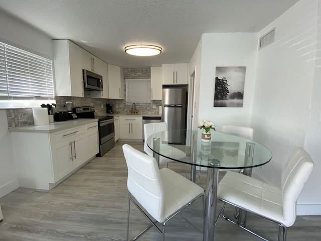 Luxury Two Bedroom Apartment Excellent Location!