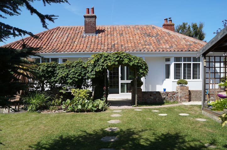Charming seaside bungalow with lovely sunny garden - Sheringham