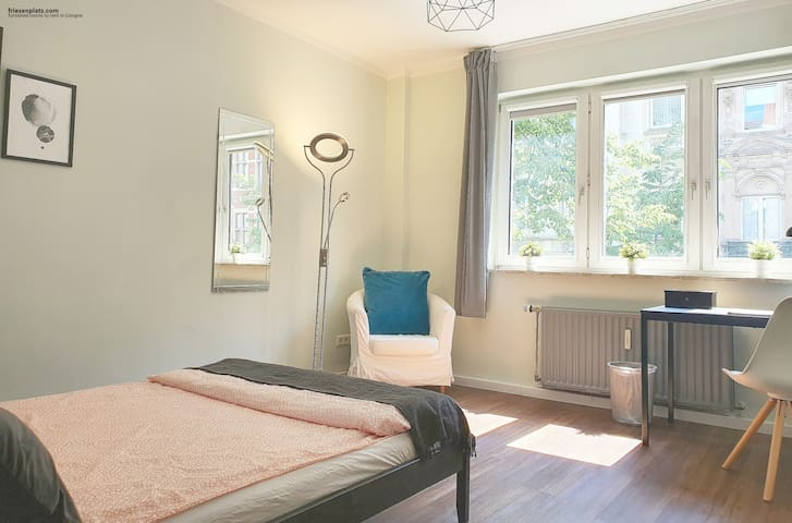 Large room in a modern shared flat at Friesenplatz