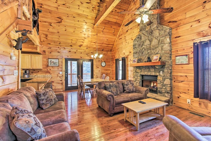 Cabin w/ Hot Tub + Comm Pool - Mins to Dollywood!