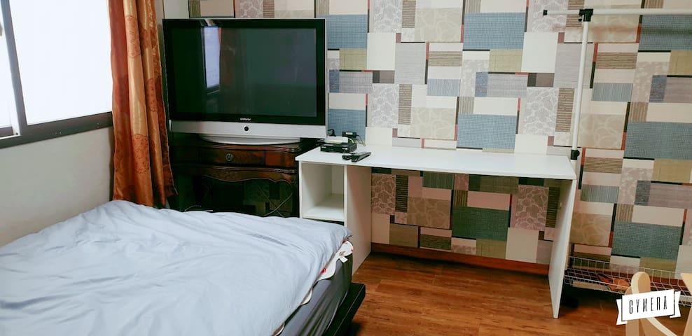 더블 침대. 티비. 냉장고. 세탁기. 가스렌지.  전자렌지.  커피포트. 그릇. 솥 . 식기류. 드라이기.  수건 있습니다. 더블 침대.  인원수에 맞춰 이불과 베개 제공합니다.
