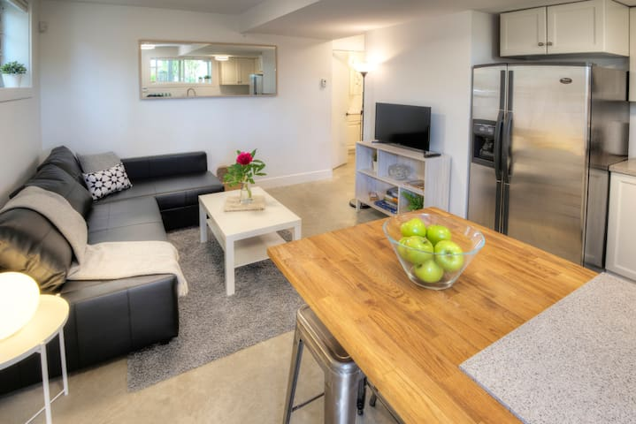Modern suite near trendy Main St, sleeps 1-4