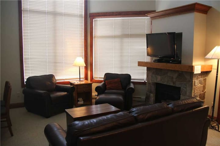 On-mountain condo with kitchen, outdoor pool, hot tubs & BBQ access, 5min walk to ski lifts: T545 - Timberline Lodges - 545 Balsam