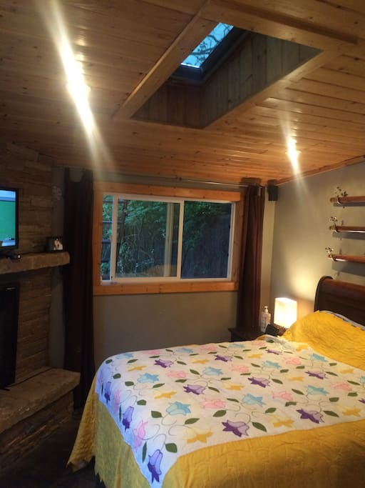 Private bedroom  Queen Bed