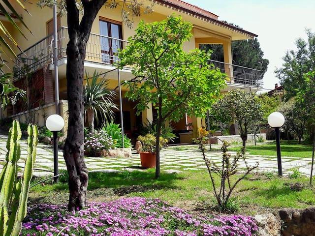 Invit Arti-Appartamento in Villa.
