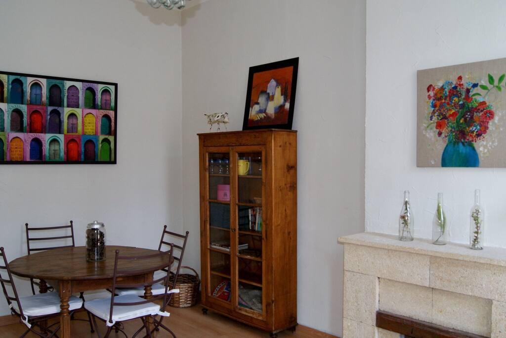 Grande pièce incluant salon et salle à manger