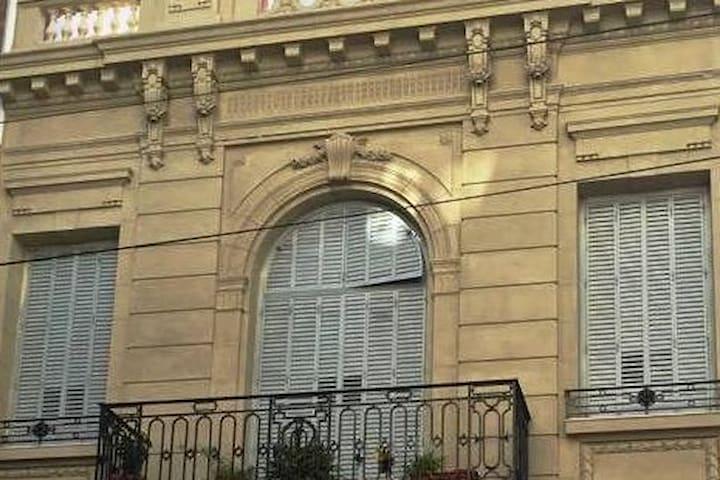 Frente de la casa ,estilo Liberty del 1900 con todos sus ornamentos originales!!
