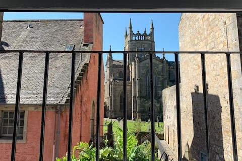 Luxury apartment overlooking Dunfermline Abbey