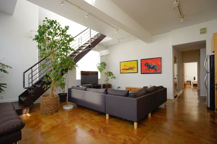 Luxury 2 BR 2 BA Penthouse Living w/ Views in SoMa
