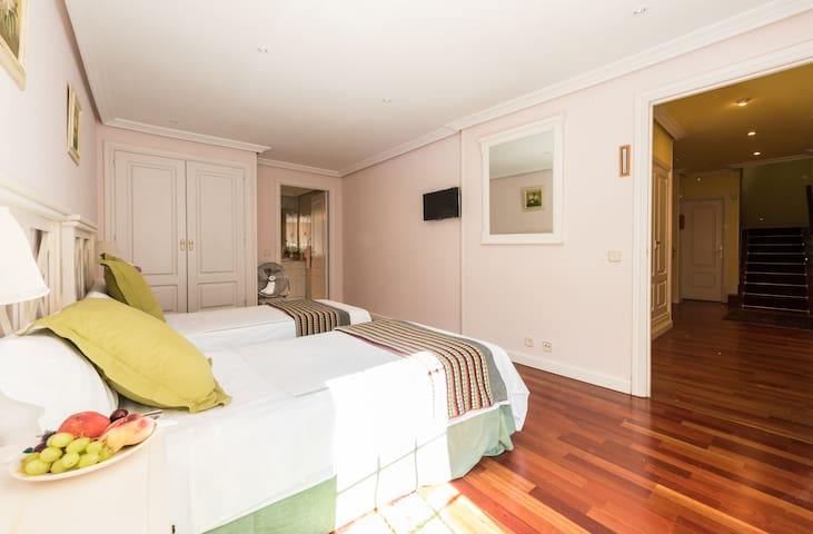 Ample twin double room beautifully decorated with en suite bathroom