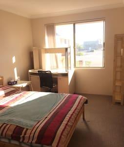 Close to facilities. Sole use bedroom & bathroom. - Kewdale - Hus