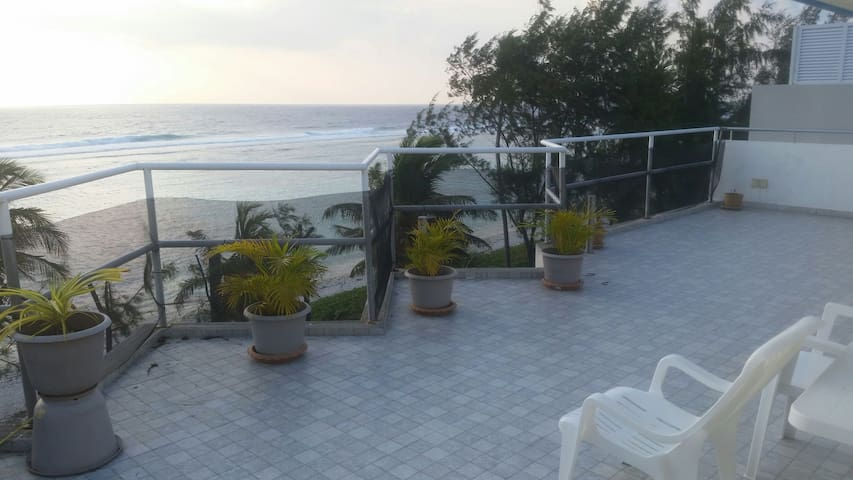 Beachfront Penthouse - 10 mins from airport