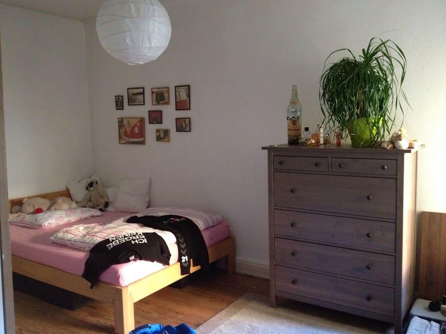 Ruhiges Schlafzimmer für einen erholsamen Schlaf.
