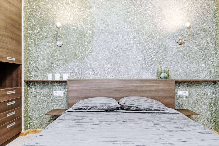 The bed is queen size (about 155 cm wide).