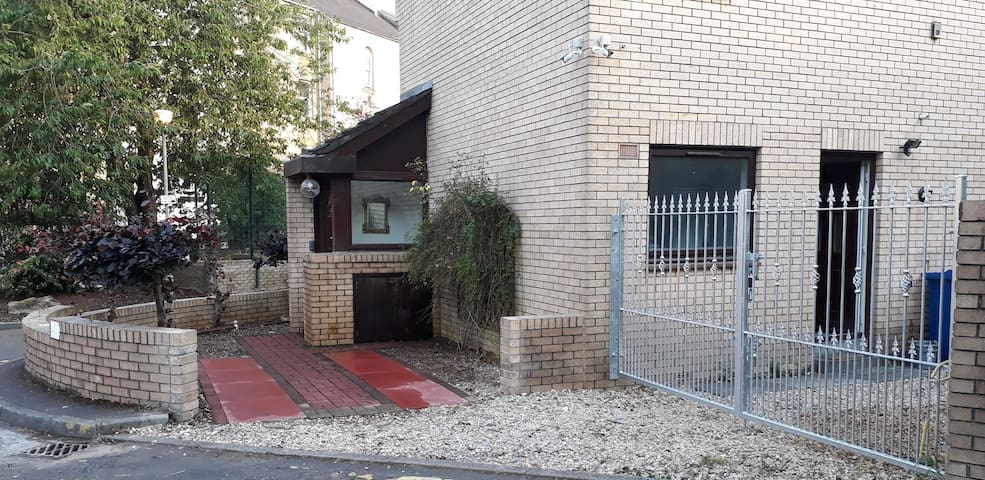 Airy City Centre House- Garden & Private Parking!