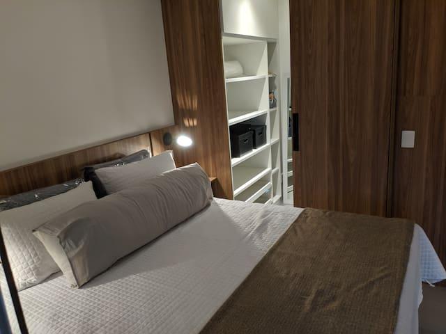 Suite silênciosa, com armários, ar, enxoval completo e Smartv ligado ao Wi-fi.