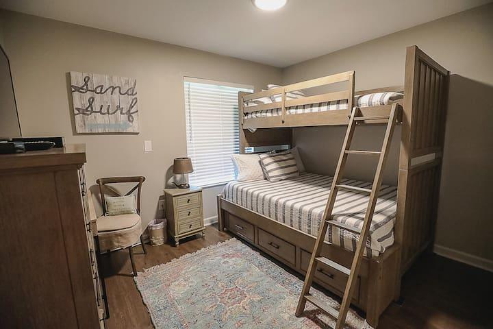 Guest bedroom, queen on bottom, single on top..