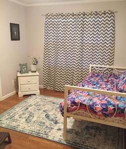 Clean 1 Bedroom/Bath with yard minutes from ATL - Декатур - Дом