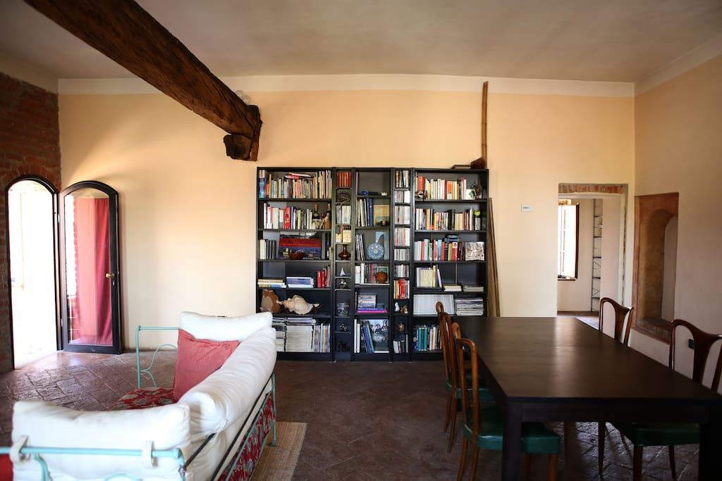 Soggiorno con divano, libreria e ampio tavolo allungabile 6-10 persone