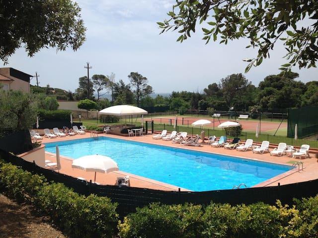 Abitazione a 50m. dal mare, piscina e campo tennis