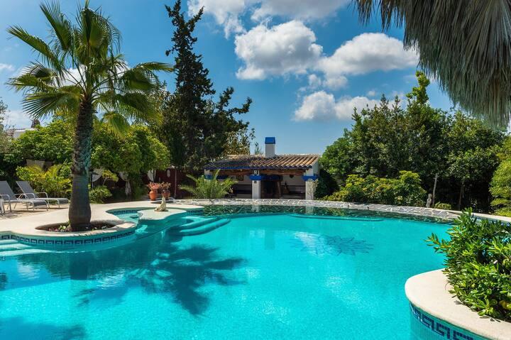 Villa rural típica ibicenca con una gran piscina