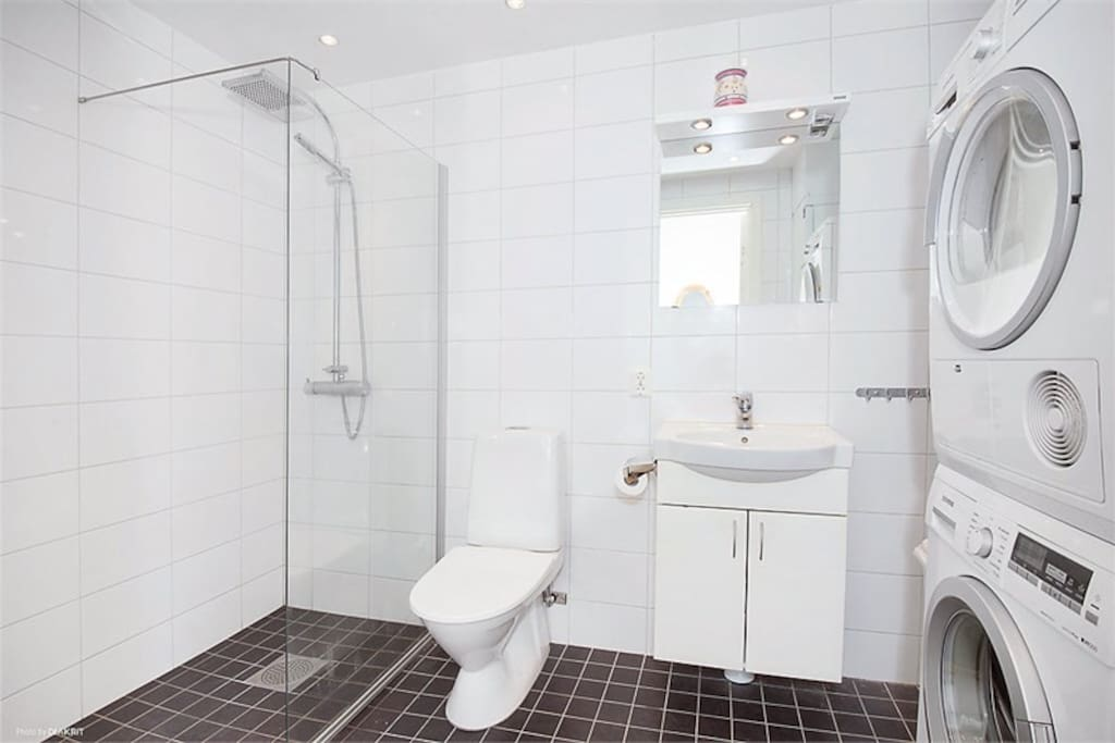 Bathroom with laundry machine and dryer