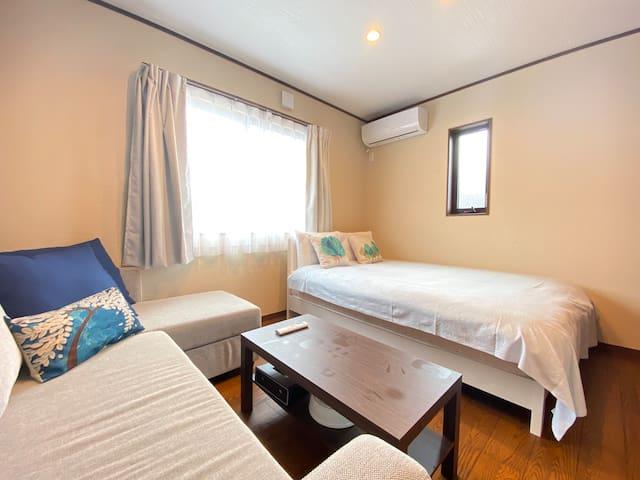 【2階】寝室① ダブルベッド1台、ダブルサイズのソファーベッド1台。清潔なリネンと静かなお部屋でゆっくりお休みいただけます。
