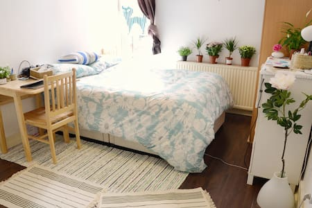 Spacious room with kitchen 30min to cental london - London