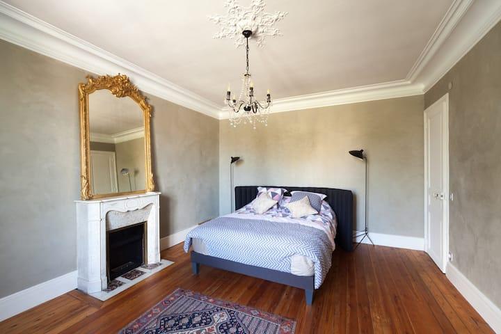 Chambre double confortable décoration soignée