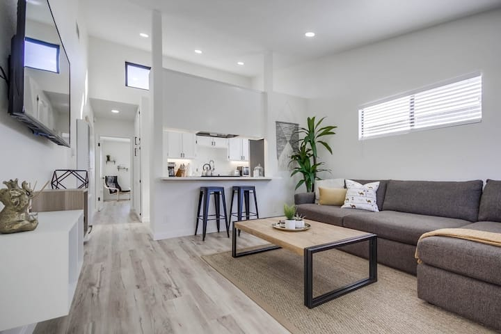 Fresh Modern & Comfy Apt Near It All (+parking)!