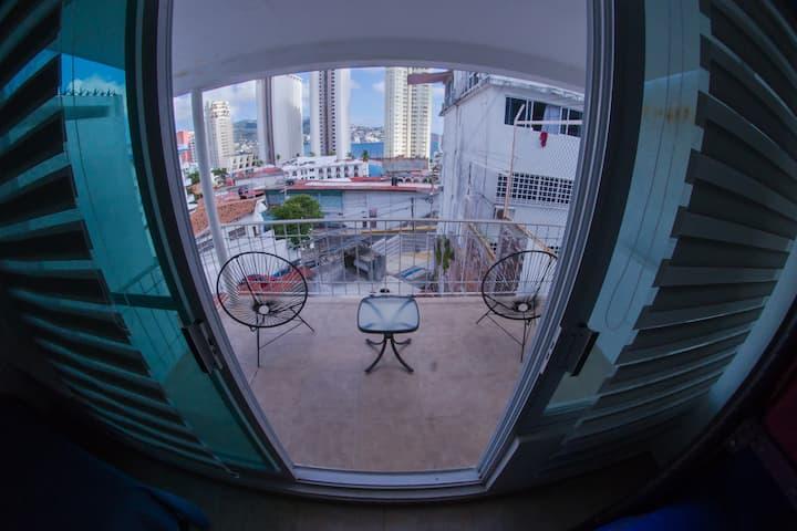01 Habitación, pantalla, terraza y baño