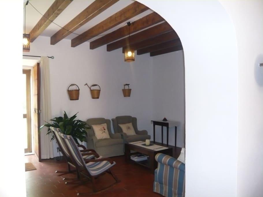 Salón decorado con mobiliario tradicional mallorquín