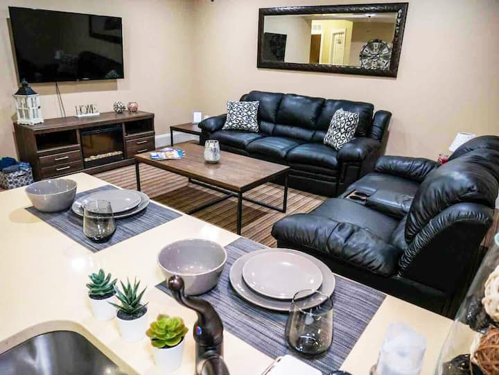 Entire Basement Apartment. Cozy and Chic!