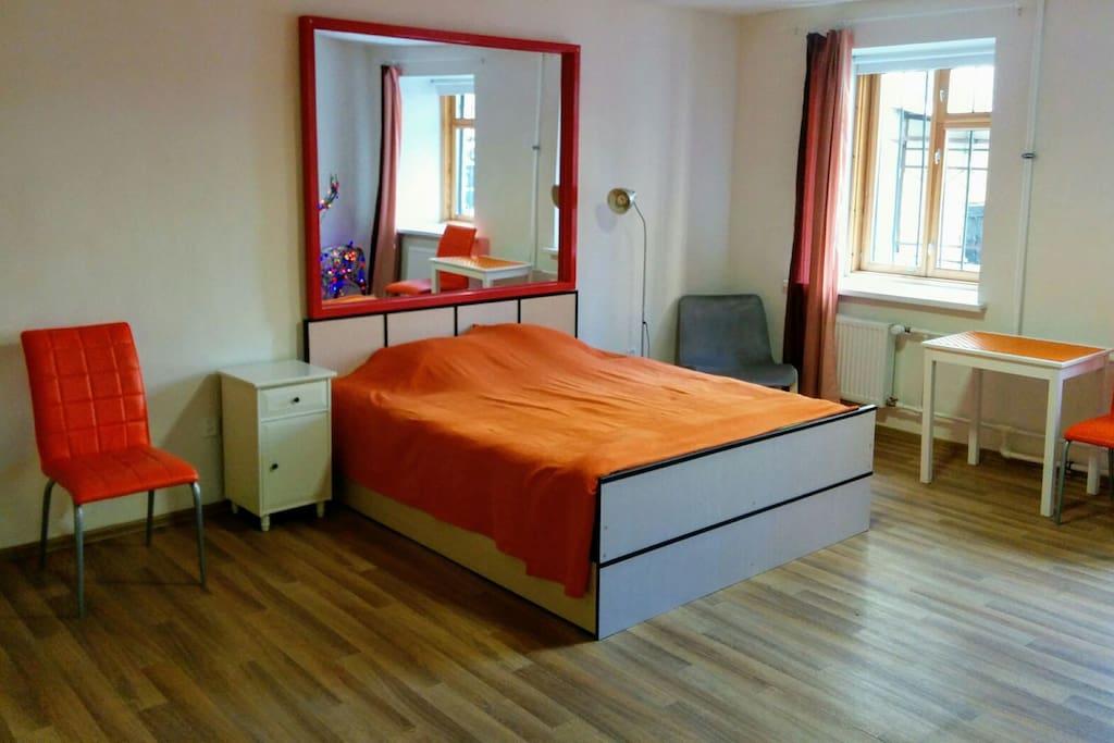 комната очень светлая и просторная, с огромным зеркалом над кроватью.