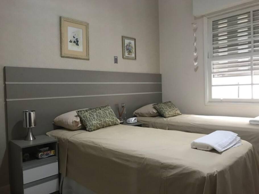 Quarto espaçoso com armário e cama box nova