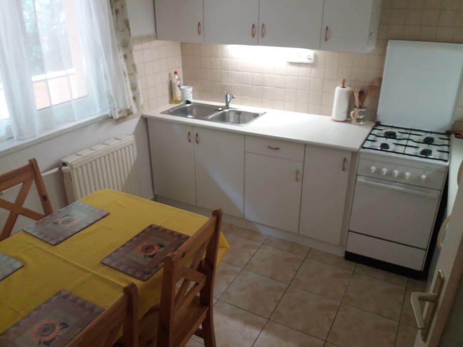 A konyha egyben az étkező is. Öten is körbeülhetik az asztalt.