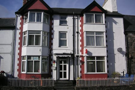 Bed and breakfast accommodation in village centre - Conwy