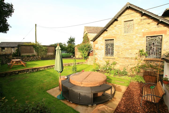 Detached Sedbergh cottage with hot tub. - Cumbria